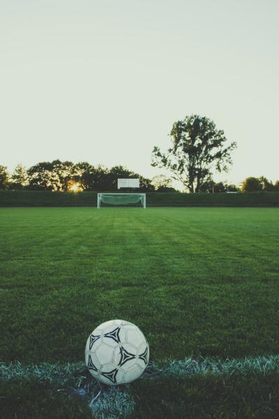 fussball-feld-mit-ball